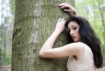 Magnifique jeune femme dans les bois