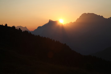 trentino dolomiti all'alba paesaggio di alta montagna