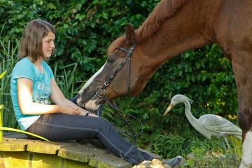 Frau mit Pferd an Holzbrücke