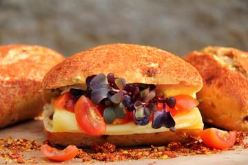 chilibrötchen mit käse, tomate und rettich-kresse
