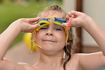 enfant nage dans la piscine