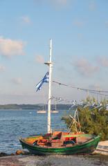 Reiseziel Griechenland: altes Fischerboot an der Küste