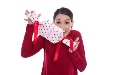Frau isoliert in Rot mit einem Geschenk mit roten Herzen