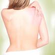 Frau mit Rückenschmerzen von hinten, nackter Körper
