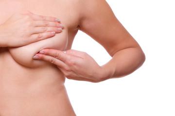 Frau untersucht ihre Brust Mastopathie oder Krebs