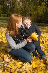 Mutter und Tochter im Herbst beim Spazierengehen