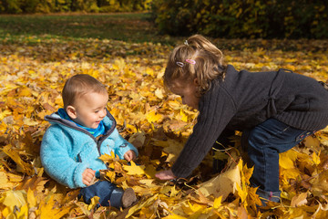 Herbst Kinder:  Bruder und Schwester spielen draußen