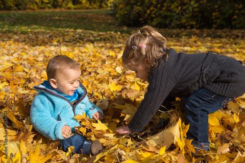 canvas print picture Herbst Kinder:  Bruder und Schwester spielen draußen