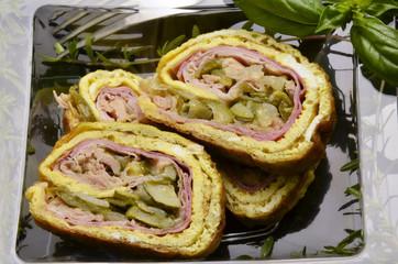 Rotolo di frittata farcito Stuffed omelette roll