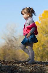 Девочка на прогулке в парке осенью