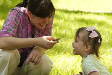 Мама показывает живую ящерицу двухлетней дочке