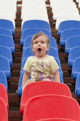 "Ребёнок кричит ""ГОЛ!"" на трибуне стадиона"