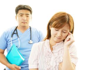 心配そうな表情の医師と女性患者