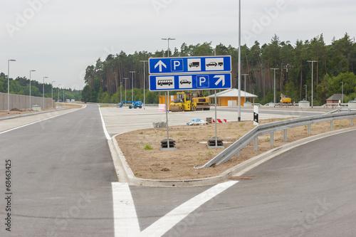 Neu gebaute Parkplätze an der Autobahn - 68463425