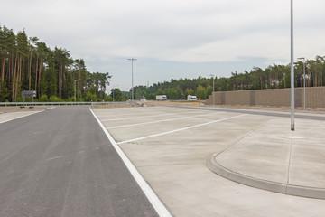 Freie Parkplätze an der Autobahn