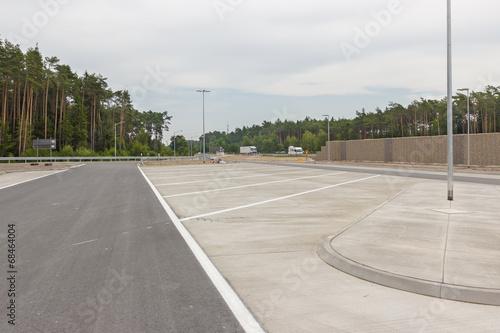 Leinwanddruck Bild Freie Parkplätze an der Autobahn