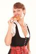 Bayerische Frau mit Breze in der Hand