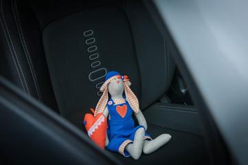 Игрушка заяц в машине