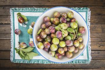 Ciruelas fruta de verano producto de agricultura ecológica