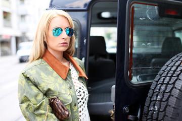 Frau vor Geländewagen