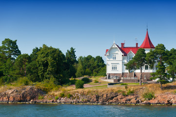 Weiße Villa an der Küste in Schweden