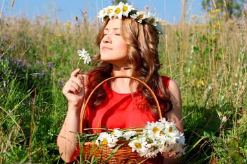 Девушка с корзиной цветов