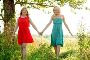 Две девушки гуляют