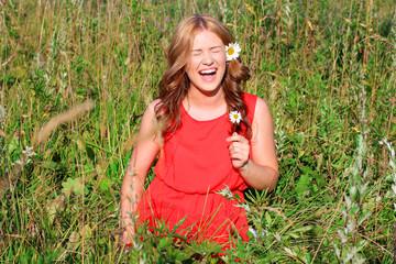 Девушка смеется в поле