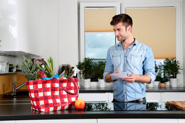 Hübscher Mann in der Küche