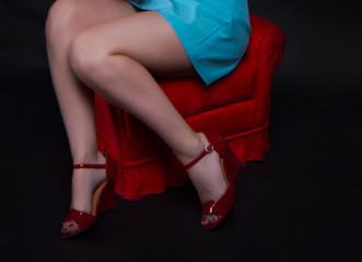 девушка в красных туфлях