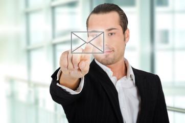 Unternehmer mit Mailbutton