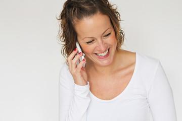 junge Frau führt schönes Telefonat