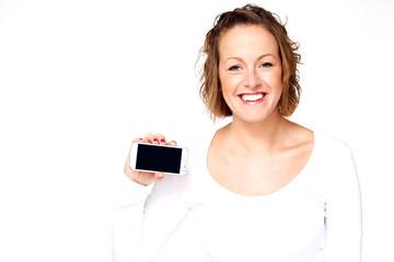 junge Frau zeigt Ihr Smartphone