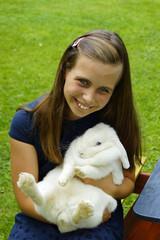 Kleines Mädchen mit Hasen