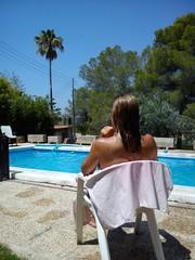 Mujer y piscina