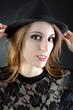 Frau trägt schwarzen Panama-Hut