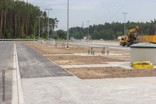 Neu gebauter Parkplatz an der Autobahn - 68487025