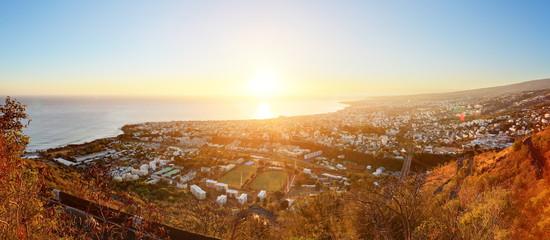 Lever du jour sur la capitale St-Denis, La Réunion.