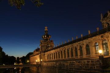 Kronentor Zwinger Dresden bei Nacht