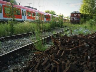 S-Bahn überholt Wagon auf Abstellgleis