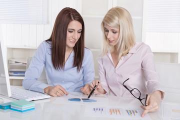 Einarbeitung einer neuen Mitarbeiterin. Zwei Frau im Büro.