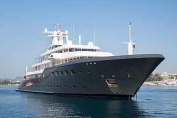 Megayacht oder Luxusyacht vor Anker am Meer