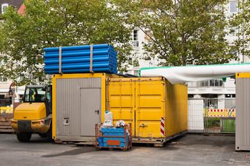 Gelagertes Baumaterial - Container und Rohre