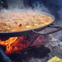 paella valenciana cocinada a leña