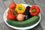 Verse groenten op een hoeten bord poster