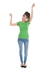 Glückliche junge Frau in Ganzkörperaufnahme
