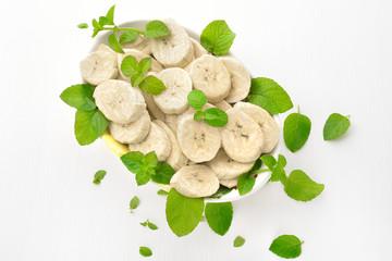 banane affettate con foglie di menta