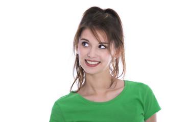 Portrait: Hübsche junge lachende Frau blickt zur Seite