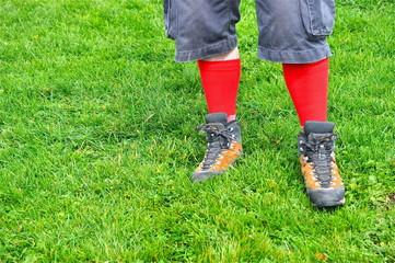 Beine von Wanderer mit roten Socken