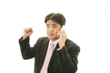通話中の笑顔のビジネスマン